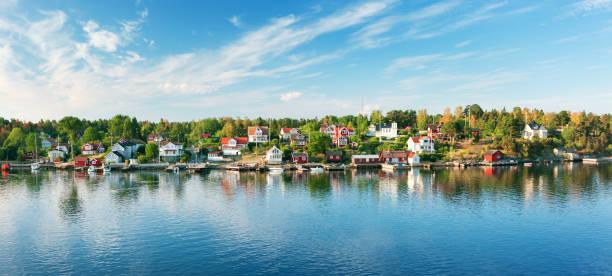 små öar på morgonen nära stockholm - ferry lake sweden bildbanksfoton och bilder