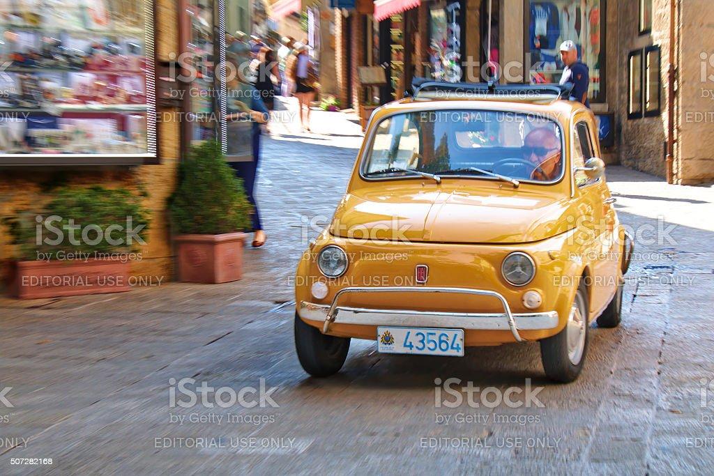 Piccola città italiana auto Fiat 500 sulla strada - foto stock