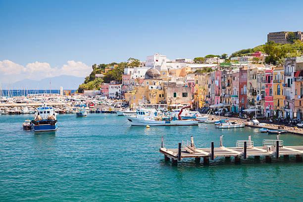 piccola città italiana paesaggio urbano con case colorate - procida foto e immagini stock