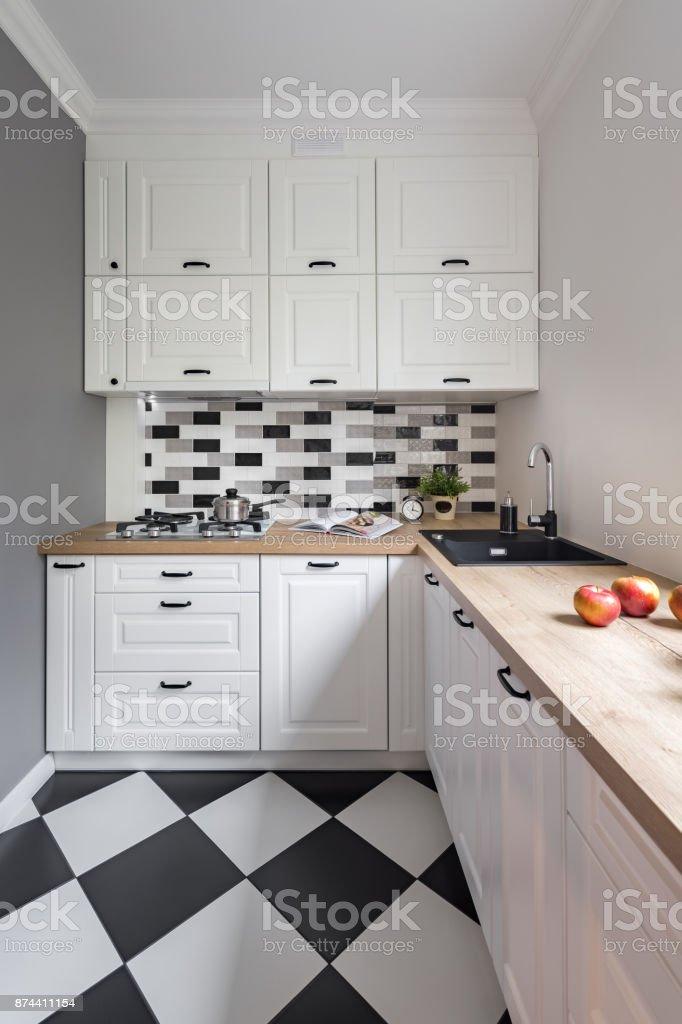 Kleine Küche Mit Weißen Möbeln Stockfoto und mehr Bilder von ...