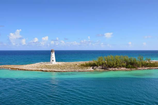 kleine vuurtoren bij de ingang van de haven van nassau - bahamas - nassau new providence stockfoto's en -beelden