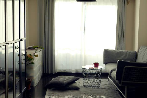 kleine wohnzimmer - kleiner couchtisch stock-fotos und bilder
