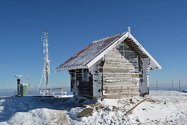 small log house, frozen antenna and a few other stuff - mülltonnenhäuschen stock-fotos und bilder