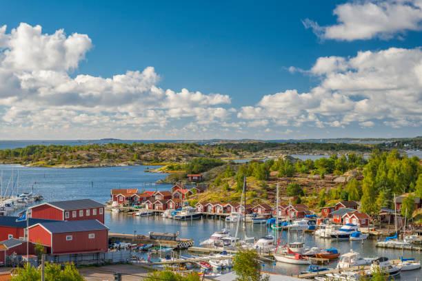 small marina on swedish west coast - szwecja zdjęcia i obrazy z banku zdjęć