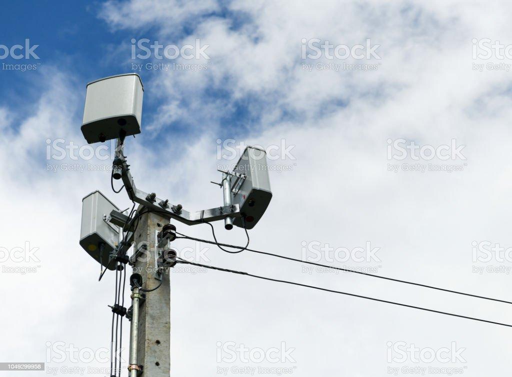 Beton direğe küçük mobil anten. stok fotoğrafı