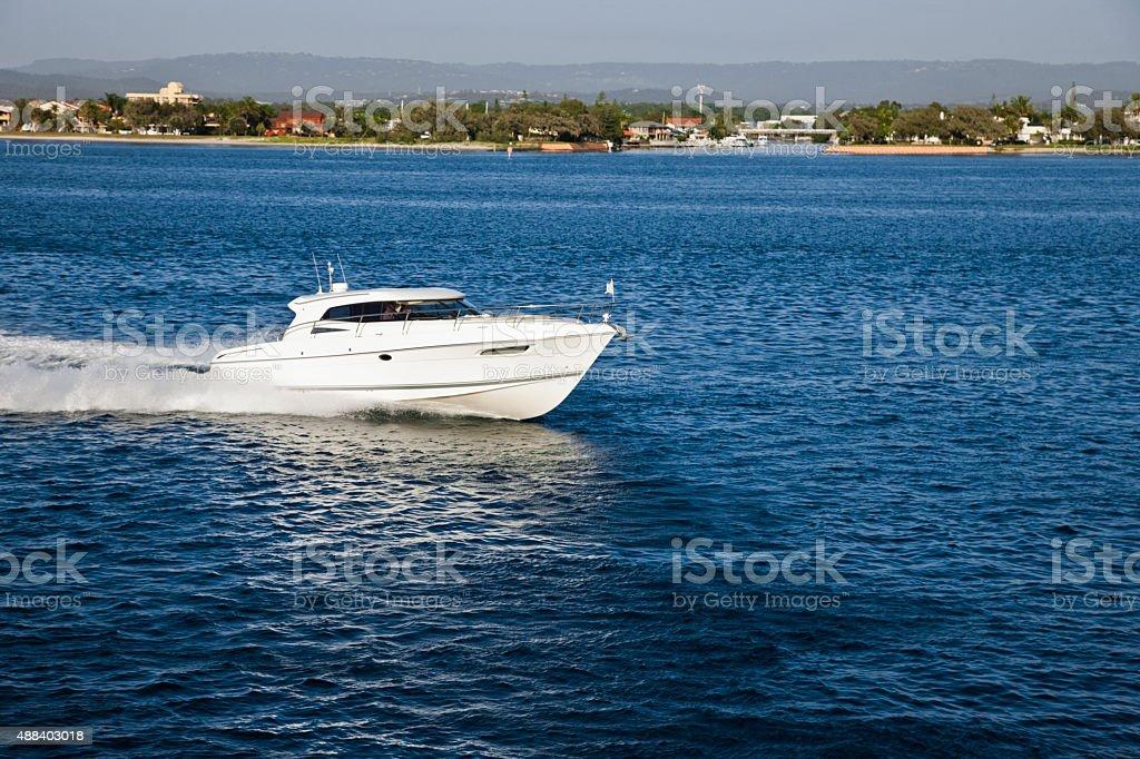 Motore piccola barca a vela vicino alla costa, - foto stock
