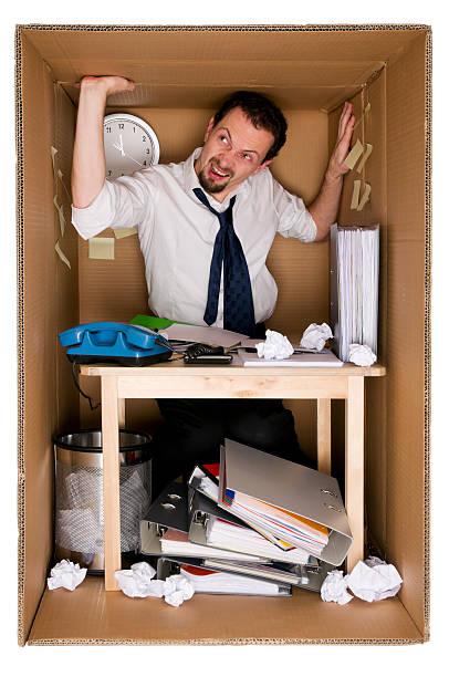petit bureau dans une boîte en carton - étroit photos et images de collection