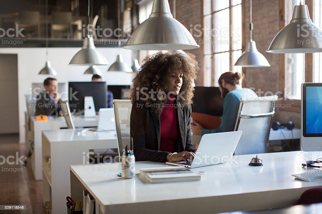 Oficina pequeña con Gente de negocios en Barcelona. - foto de stock