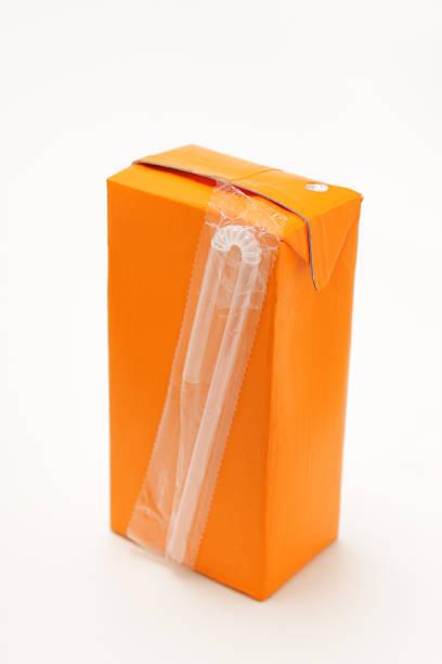Petit orange les boissons en brique avec paille - Photo