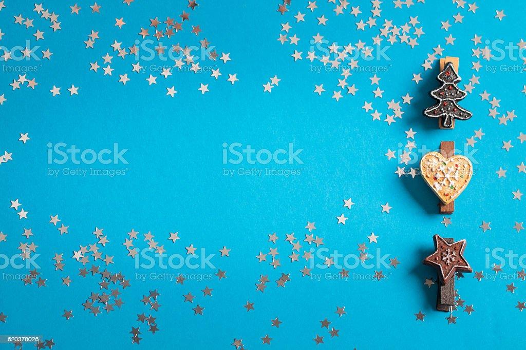 Small ornaments imitating gingerbread and shiny silver star. foto de stock royalty-free