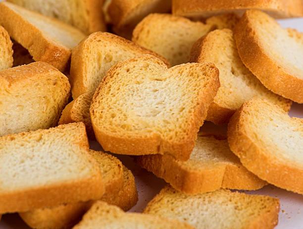 piccoli pezzi di pane bianco - fette biscottate foto e immagini stock