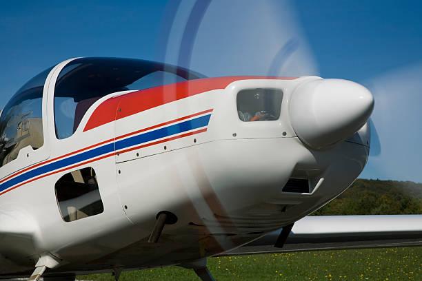 kleines flugzeug bereit zum abflug - flugschule stock-fotos und bilder