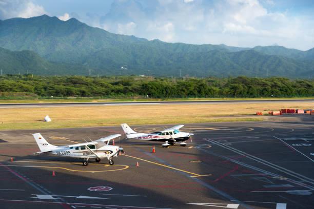 Kleine Flugzeuge, die am Flughafen Santa Marta geparkt sind. Kolumbien – Foto