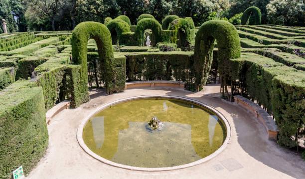 kleiner teich am ausgang des labyrinth park von horta - teichfiguren stock-fotos und bilder