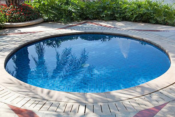 kleiner pool - pool rund stock-fotos und bilder