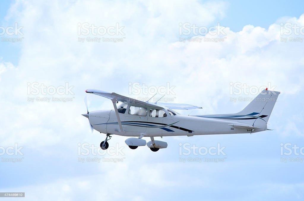 Kleine private einem Motor Flugzeug im Flug durch Wolken – Foto
