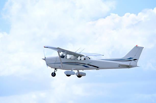 작은가 사병 단일 엔진 항공기 기내 및 클라우드 - 복엽기 뉴스 사진 이미지