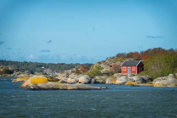 liten röd koja på en ö - bohuslän nature bildbanksfoton och bilder