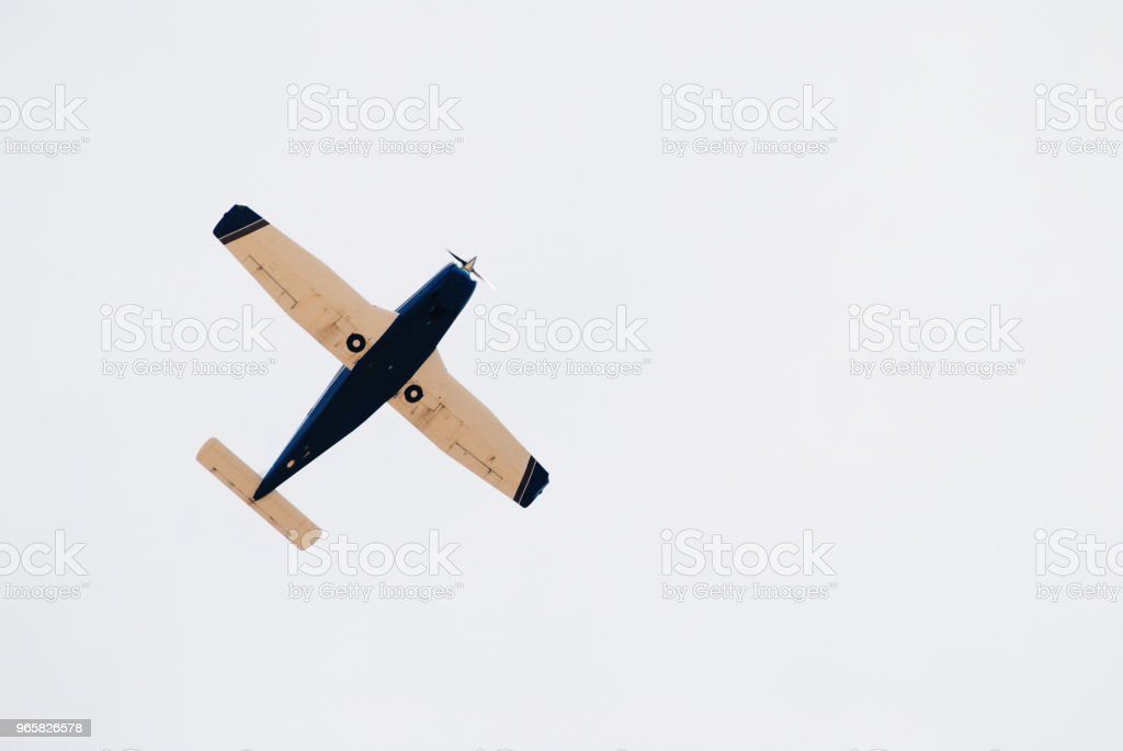 Klein retro vliegtuig in de lucht - Royalty-free Beweging Stockfoto