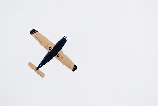 Klein Retro Vliegtuig In De Lucht Stockfoto en meer beelden van Beweging