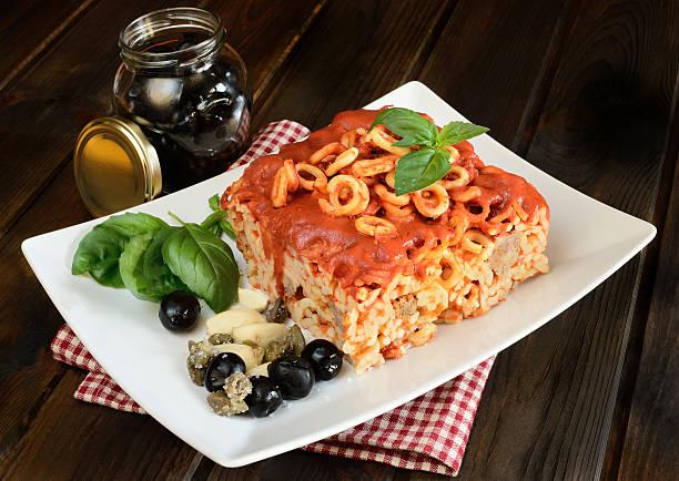 kleine ringe von sizilianische pasta - pasta deli stock-fotos und bilder