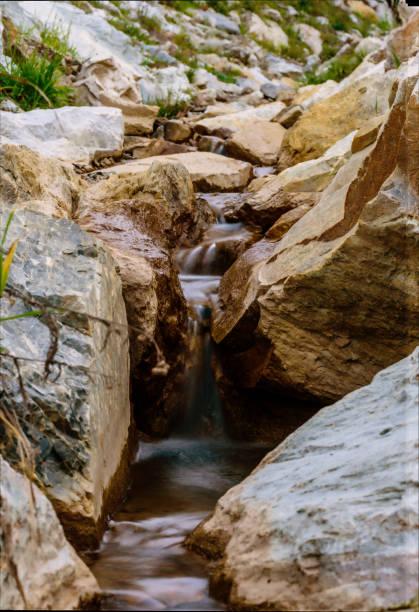 kleiner Fluss mit Kaskaden und Steinen – Foto