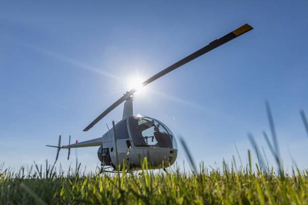 Kleine leichte Transporthubschrauber Robinson R22 auf Rasen Flughafen geparkt. Einer der weltweit beliebtesten Licht Hubschrauber mit zwei Messern und eine einmotorige – Foto