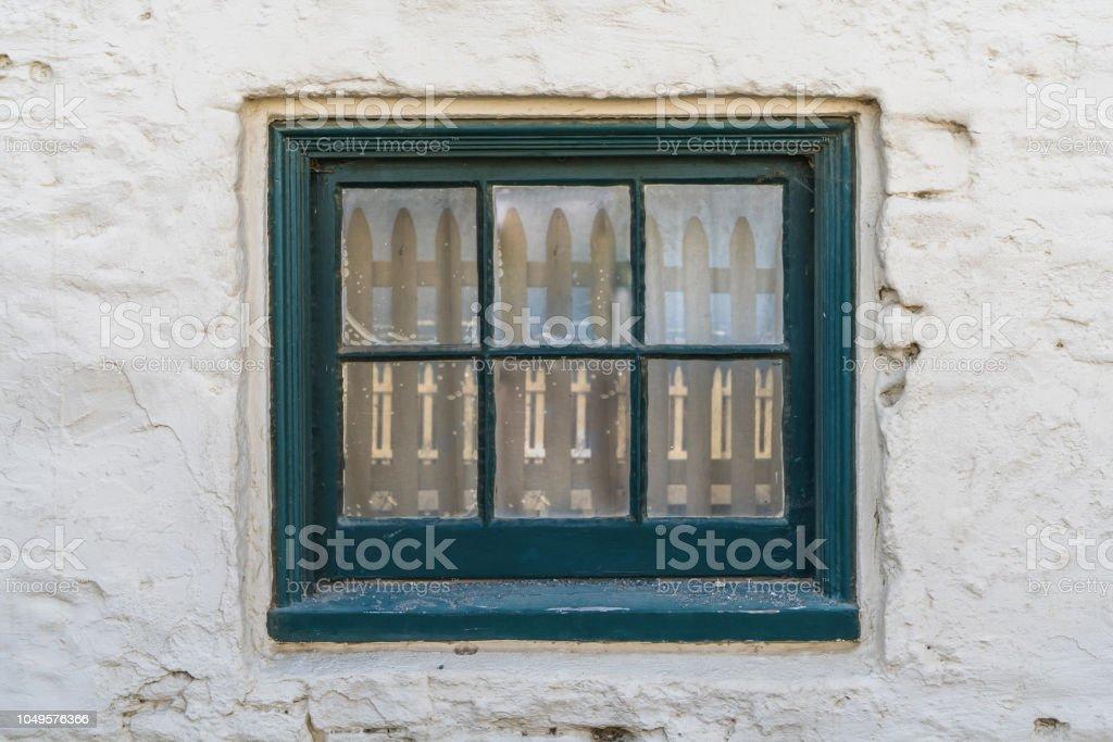 pequena janela rústica na parede branca velha - foto de acervo