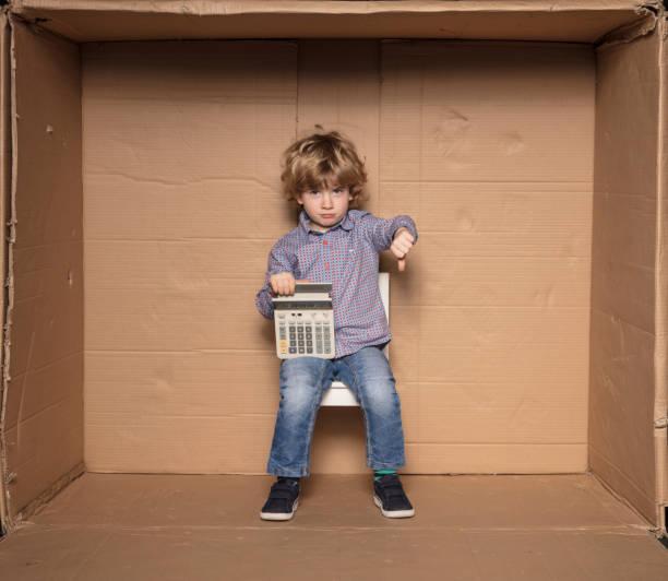 traurig kleinunternehmer mit investitionsrechnung - kinder die schnell arbeiten stock-fotos und bilder
