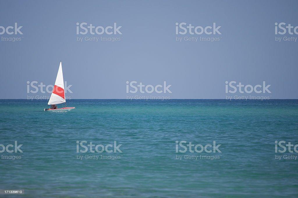 Pequeño barco de vela - foto de stock