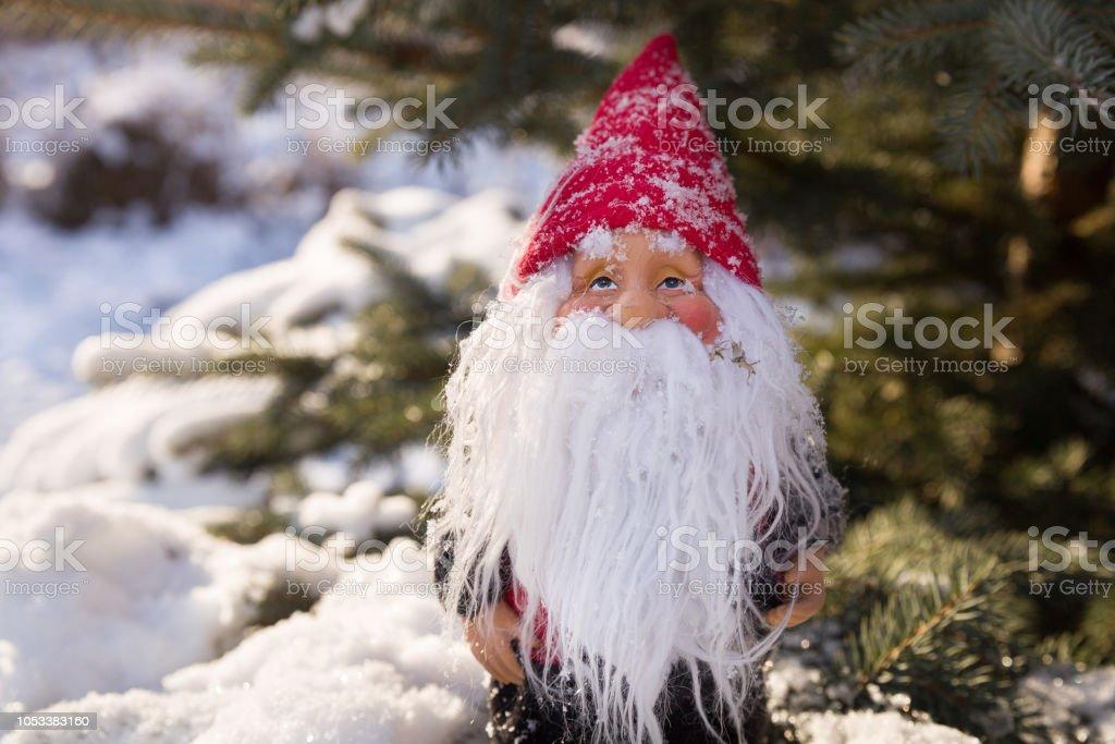 Foto De Pequeno Papai Noel Na árvore De Natal Com Neve Pai