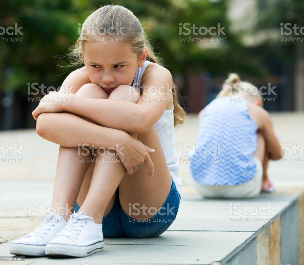 Irmãs pequenas chateado depois de briga lá fora - foto de acervo