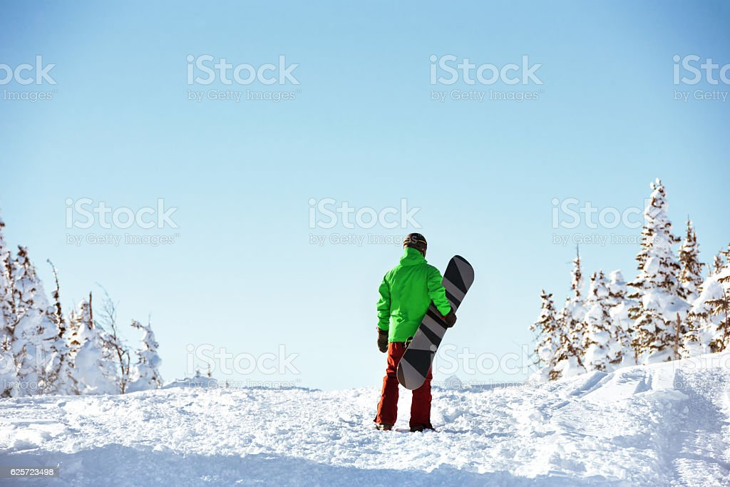 Small snowboarder snowboarding copyspace concept - foto de stock