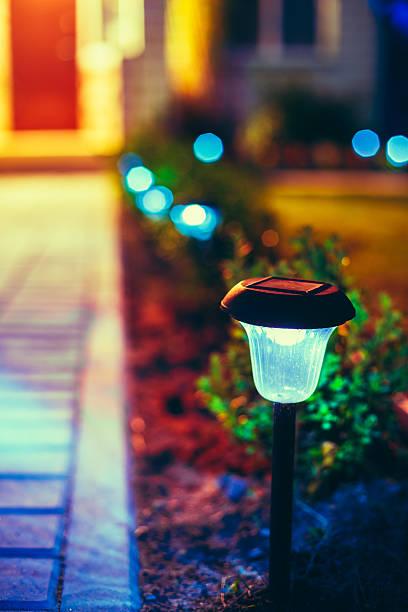 kleine solar garden tageslicht, laterne in blume bett. garten-design. - solarleuchten stock-fotos und bilder