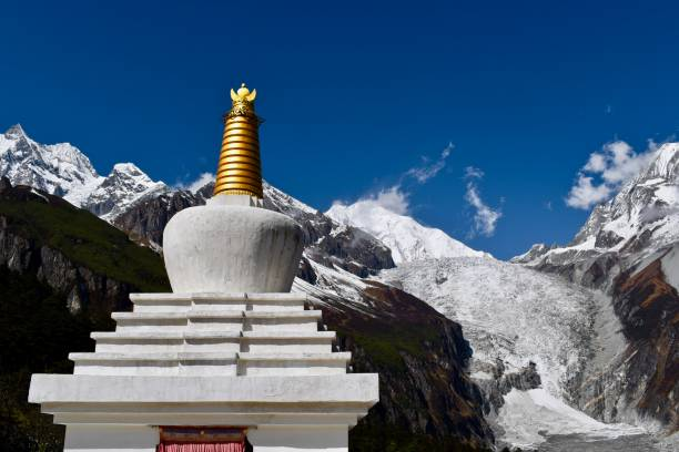 小佛塔和貢嘎山, 背景是藍天, 四川, 中國圖像檔