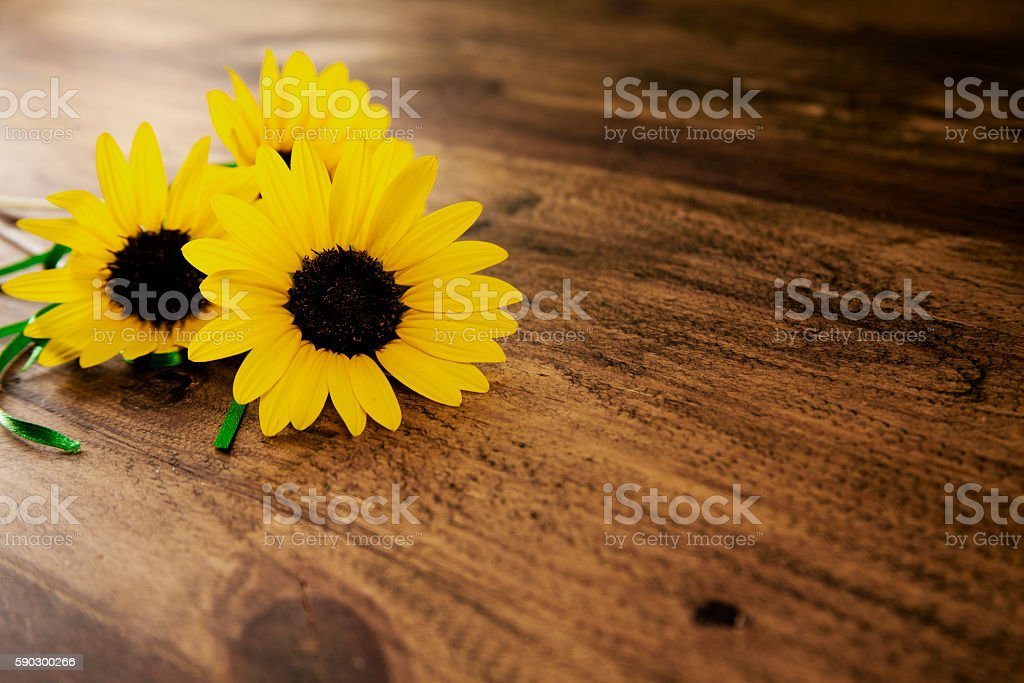 Small sunflower bouquet on wooden table. royaltyfri bildbanksbilder