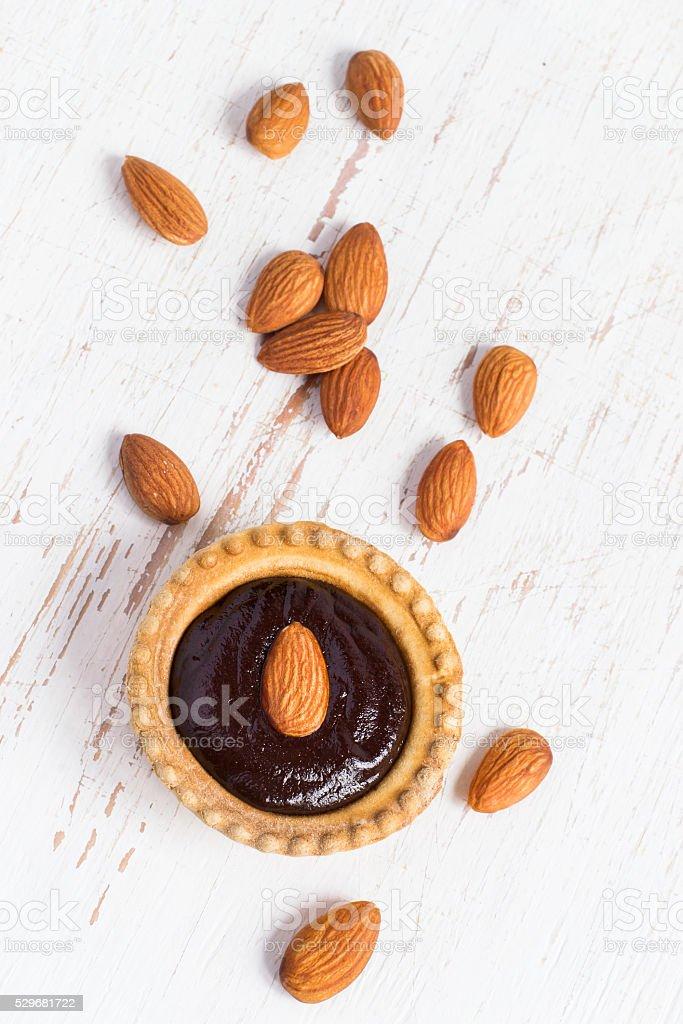 Pequeno com amêndoas e Bolo de mousse de chocolate, vista de cima - fotografia de stock