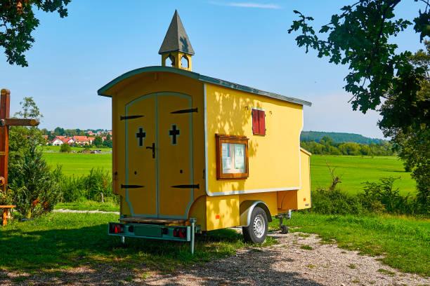 Kleine kleine mobile Kirche in einem Anhänger – Foto