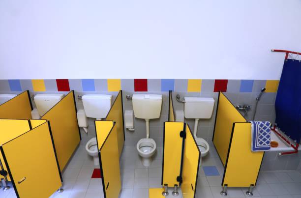 kleine toilette eines kindergartens ohne kinder - kindergarten handwerk stock-fotos und bilder