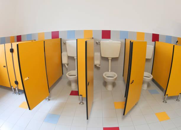 kleinen toiletten eines kindergartens - kindergarten handwerk stock-fotos und bilder
