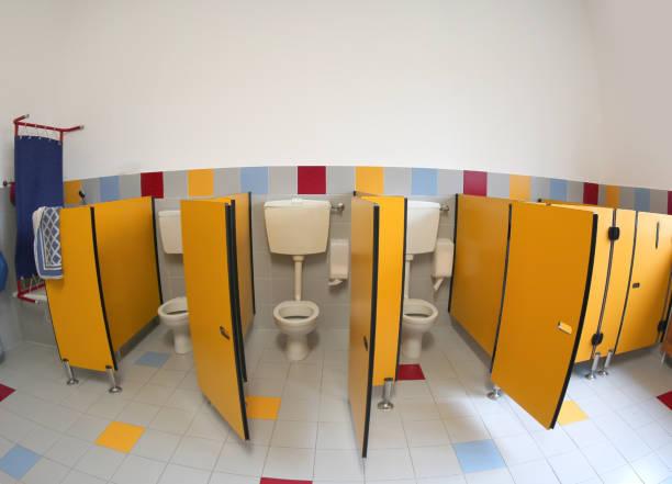 kleinen toiletten eines kindergartens mit gelben türen ohne kind - kindergarten handwerk stock-fotos und bilder