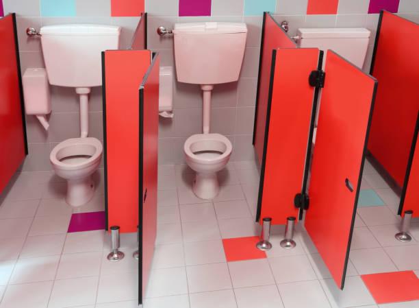 kleinen toiletten mit roten türen für kinder in einem kindergarten - kindergarten handwerk stock-fotos und bilder