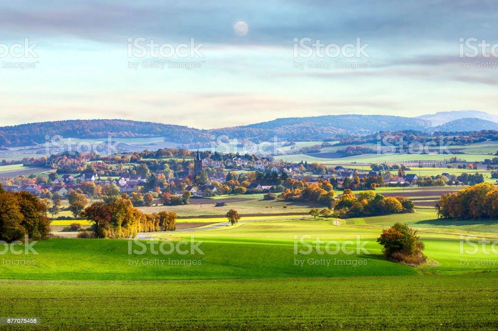 kleine Stadt in einem Tal auf Bayern Land – Foto