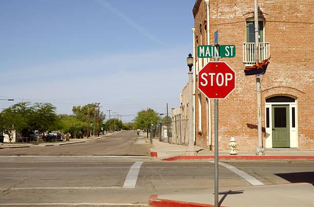 kleine stadt kreuzung - straßenschild stock-fotos und bilder