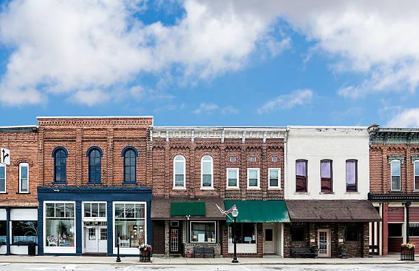 провинциальная main street - деловой центр города стоковые фото и изображения