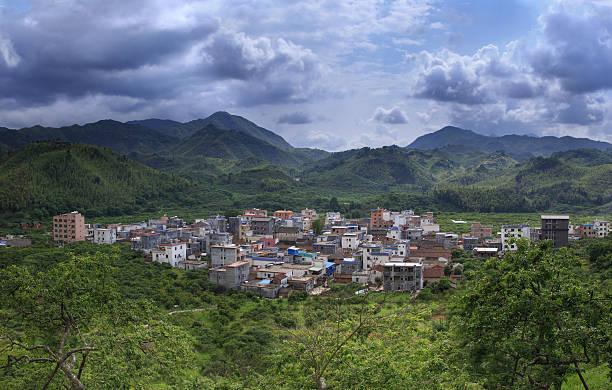 Kleine Stadt ist von Bergen umgeben – Foto