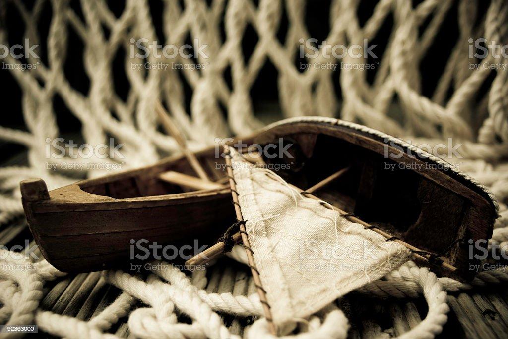 Pequeñas Embarcaciones De Juguete En La Terraza De Madera Vieja Pesca Con Red Foto De Stock Y Más Banco De Imágenes De Barco De Juguete