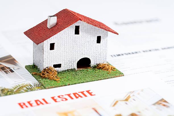 petit jouet maison dans l'immobilier de documents. - titre mondial photos et images de collection