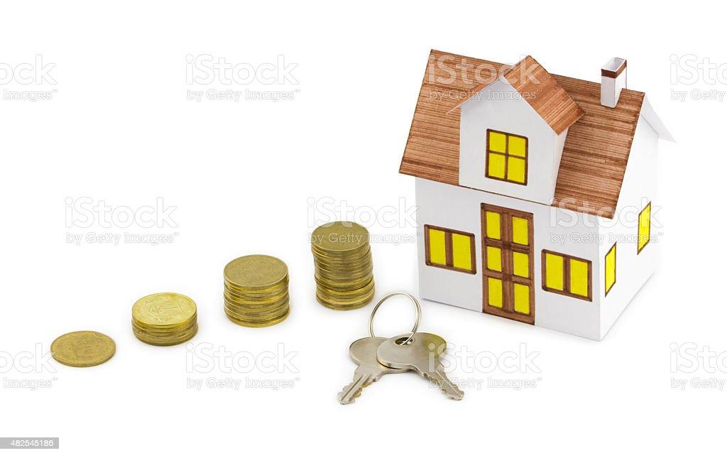 Kleines Spielzeug Haus mit Schlüsseln und goldenen Münzen – Foto