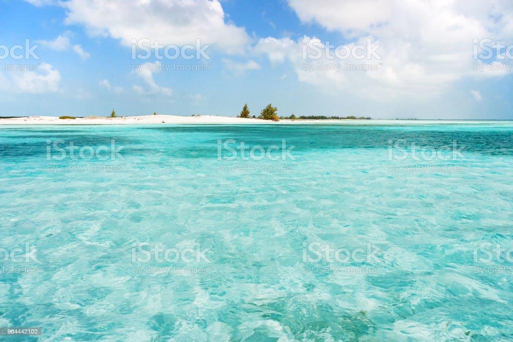 Pequena e inabitada ilha no mar do Caribe. Praia com areia branca e mar límpido. Cuba. - Foto de stock de Abandonado royalty-free